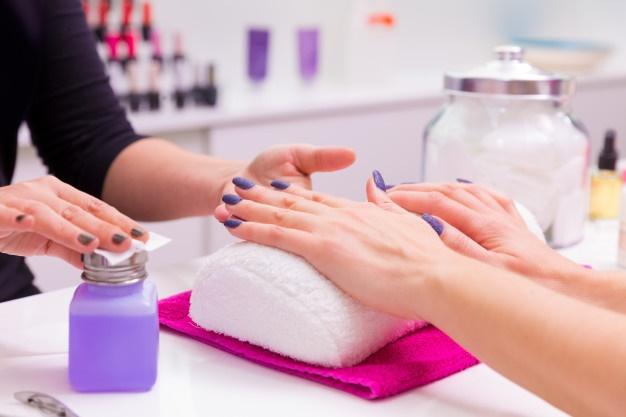 quitar esmalte de uñas